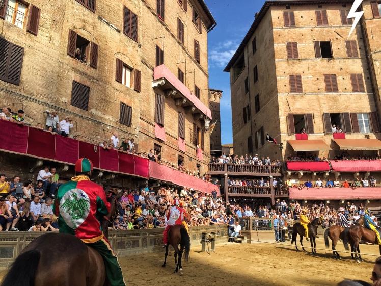 Próba przed Palio, od lewej contrada del Drago, contrada della Giraffa